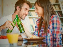 casais que bebem juntos